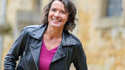"""Ulrike Folkerts bei Dreharbeiten zur Krimi-Serie """"Tatort"""" in einem Bauernhof."""