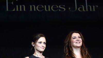 """Die US-amerikanischen Schauspielerinnen Alexis Bledel (l) und Lauren Graham sind die Stars der """"Gilmore Girls""""."""