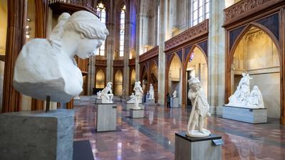 """Blick in die Ausstellung """"Ideal und Form. Skulpturen des 19. Jahrhunderts aus der Sammlung der Nationalgalerie"""" in der Friedrichswerderschen Kirche."""