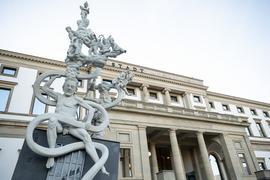 """Die Statue """"S 21. Das Denkmal – Chronik einer grotesken Entgleisung"""" vor dem Stadtpalais."""