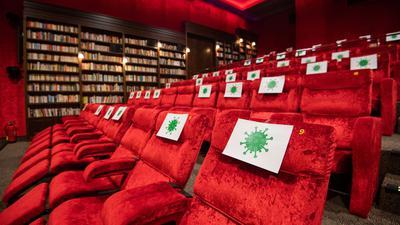 Corona-Zeiten: Stark reduziertes Sitzplatzangebot in einem Kinosaal.