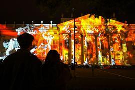 Anlässlich der US-Wahl sind auf die Fassade des Kasseler Museums Fridericianum Filmschnipsel projiziert.