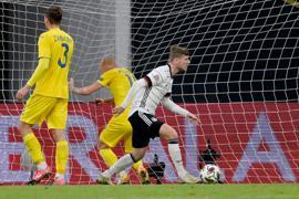 Timo Werner (r) brachte in seiner alten Heimat das DFB-Team 2:1 in Führung.