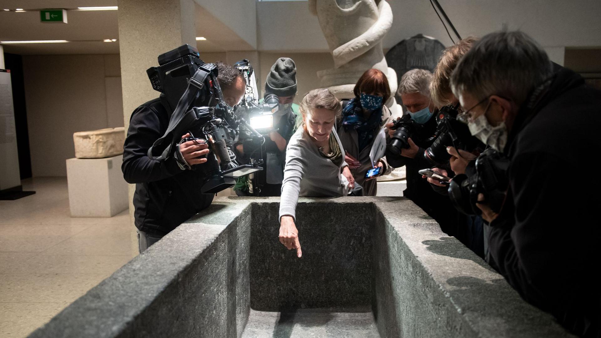 Friederike Seyfried, Direktorin des Ägyptischen Museums in Berlin, zeigte am 21. Oktober  Medienvertretern Spuren der Sachbeschädigungen im Neuen Museum.