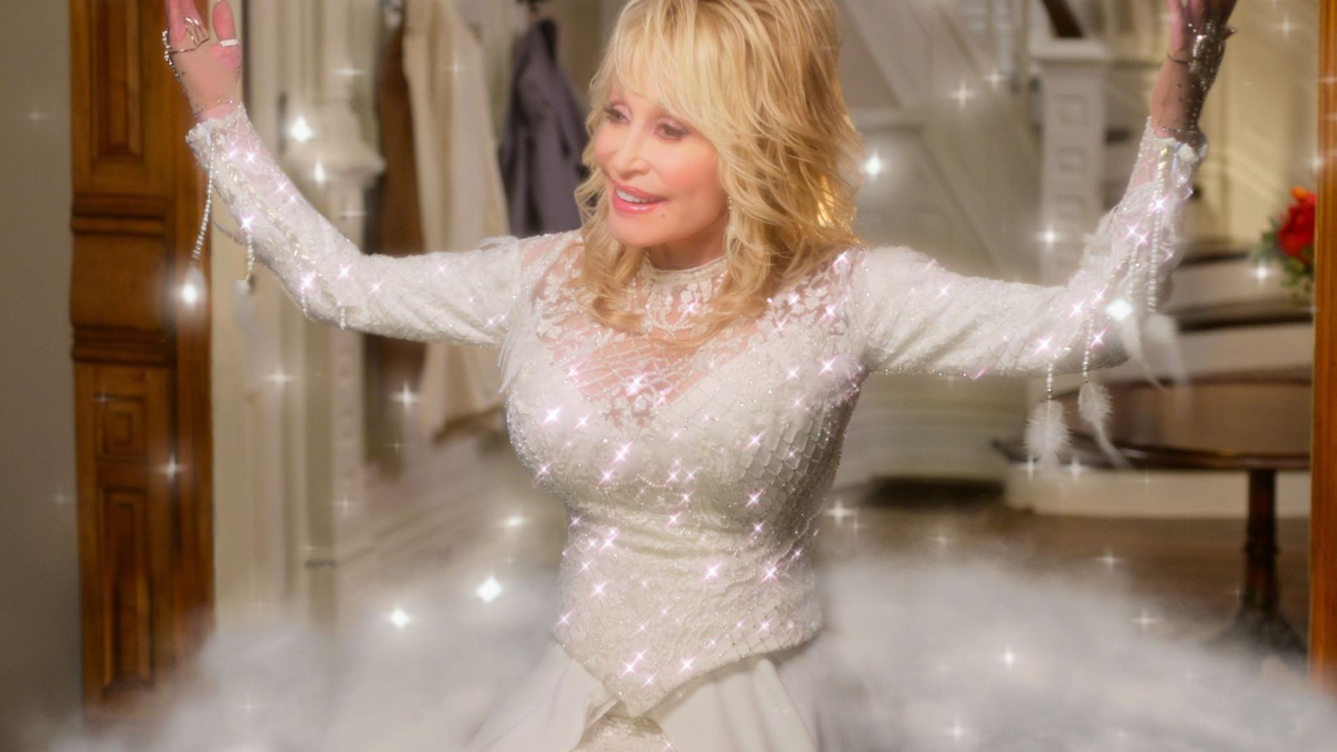 "Country-Legende Dolly Parton als Engel in einer Szene des Films ""Dolly Parton's Christmas on the Square"" (undatierte Filmszene)."