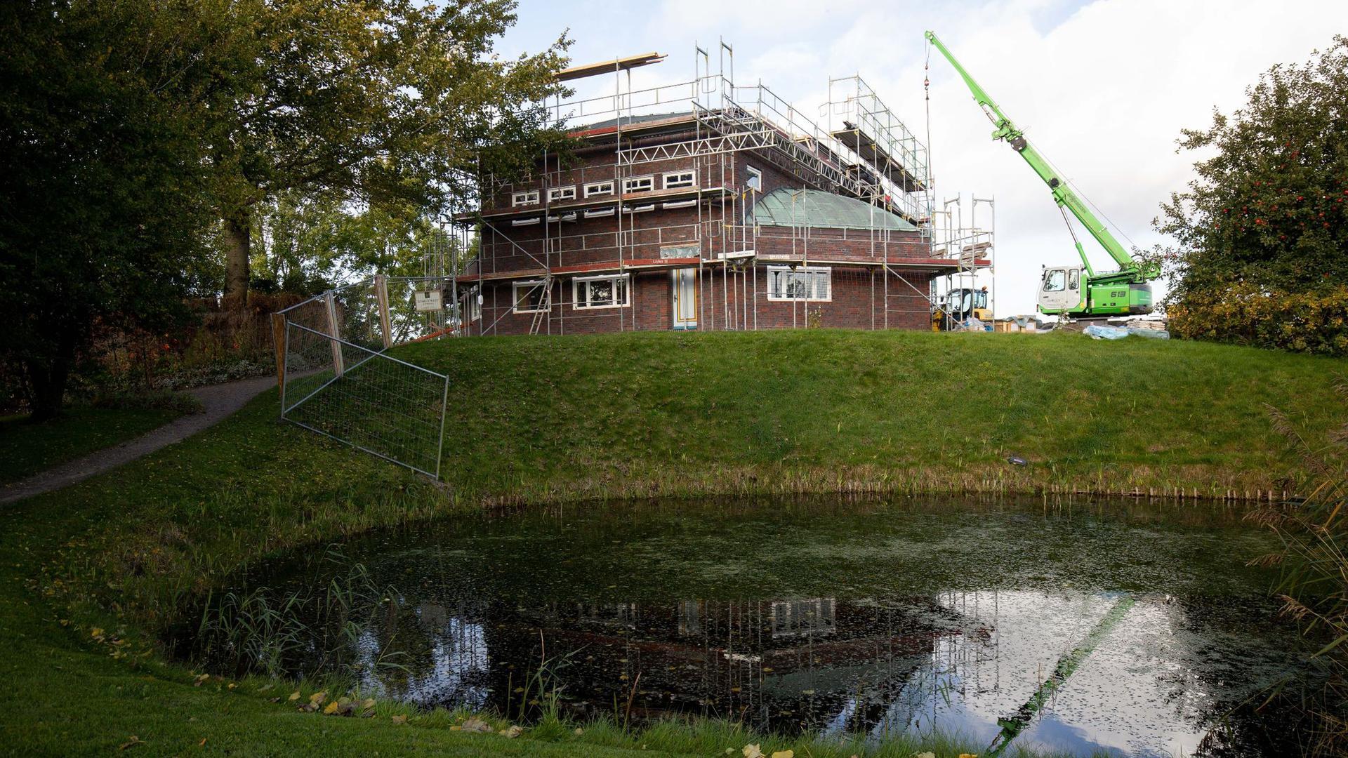 Blick über den Teich im Garten Emil Noldes  Wohn- und Atelierhaus.