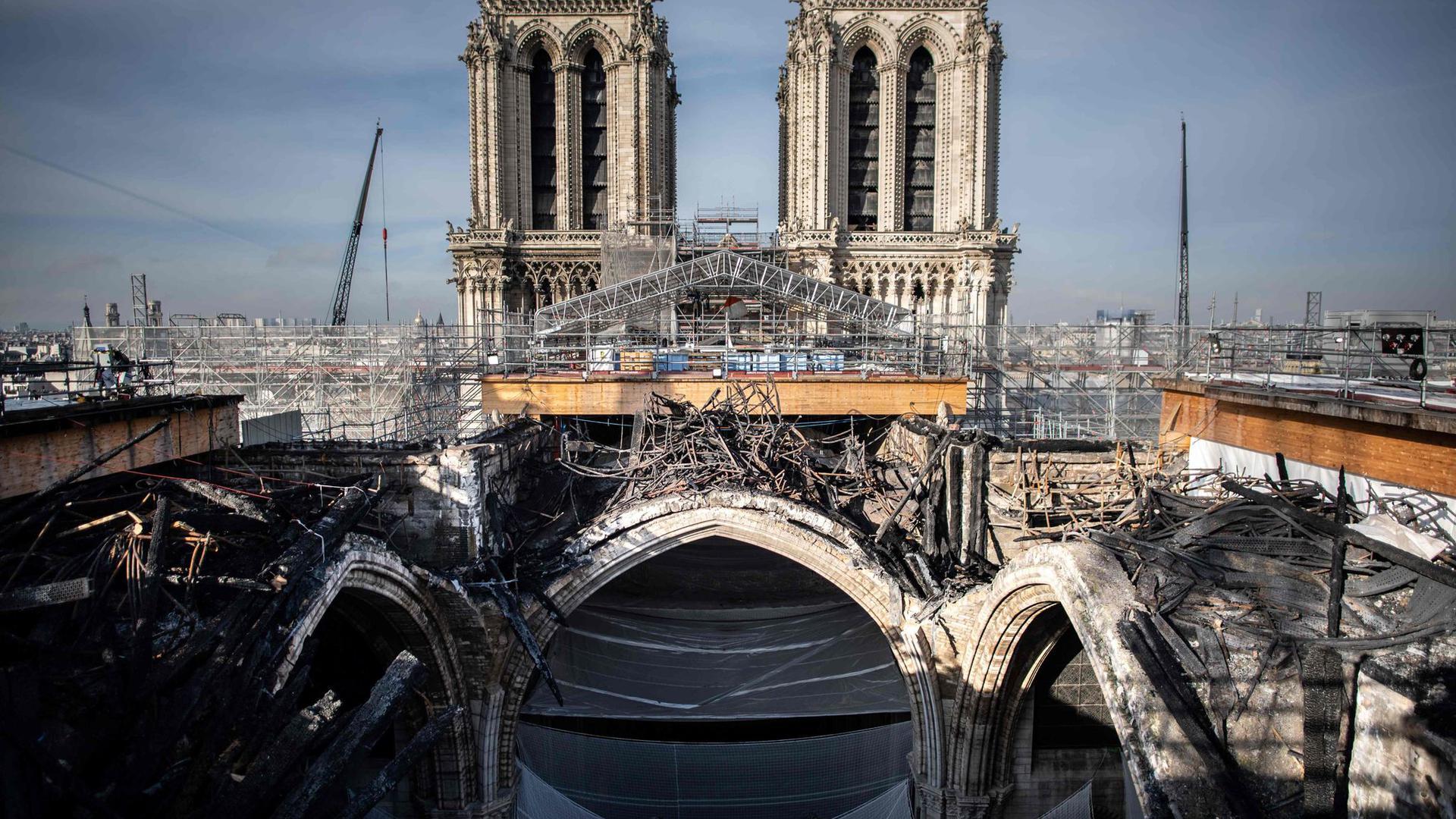 Das geschmolzene Gerüst auf dem Dach der Pariser Kathedrale Notre-Dame.