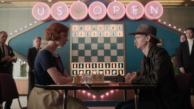 Zug um Zug:Beth Harmon (Anya Taylor-Joy)fordert Benny Watts (Thomas Brodie-Sangster)heraus.