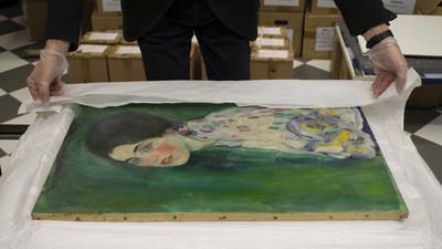 """Ein Mitarbeiter der Galerie Ricci Oddi packt das wiederentdeckte Klimt-Gemälde """"Bildnis einer Frau"""" aus."""