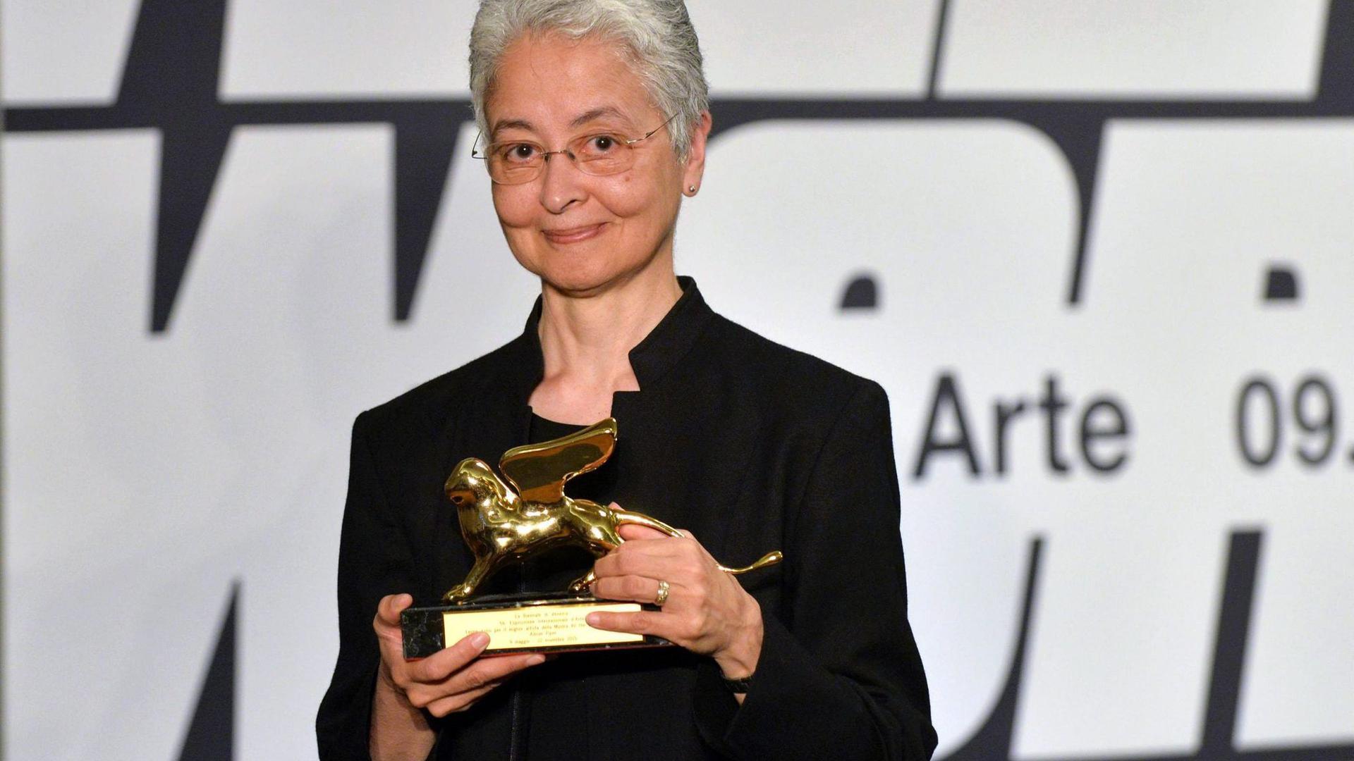 Auf der Biennale in Venedig wurde AdrianPiper bereits mit dem Goldenen Löwen geehrt.