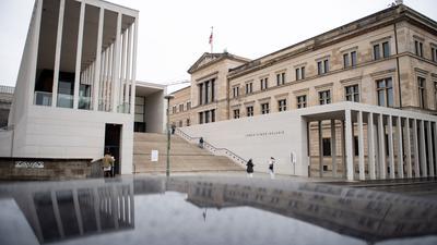 Die verwaiste Berliner Museumsinsel mit der James Simon Galerie (l.) und dem Neuen Museum.