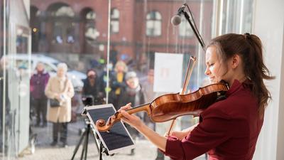 """Johanna Staemmler, Violinistin und Initiatorin der """"Window Concerts"""", bei einem Auftritt im Schaufenster einer Berliner Galerie"""