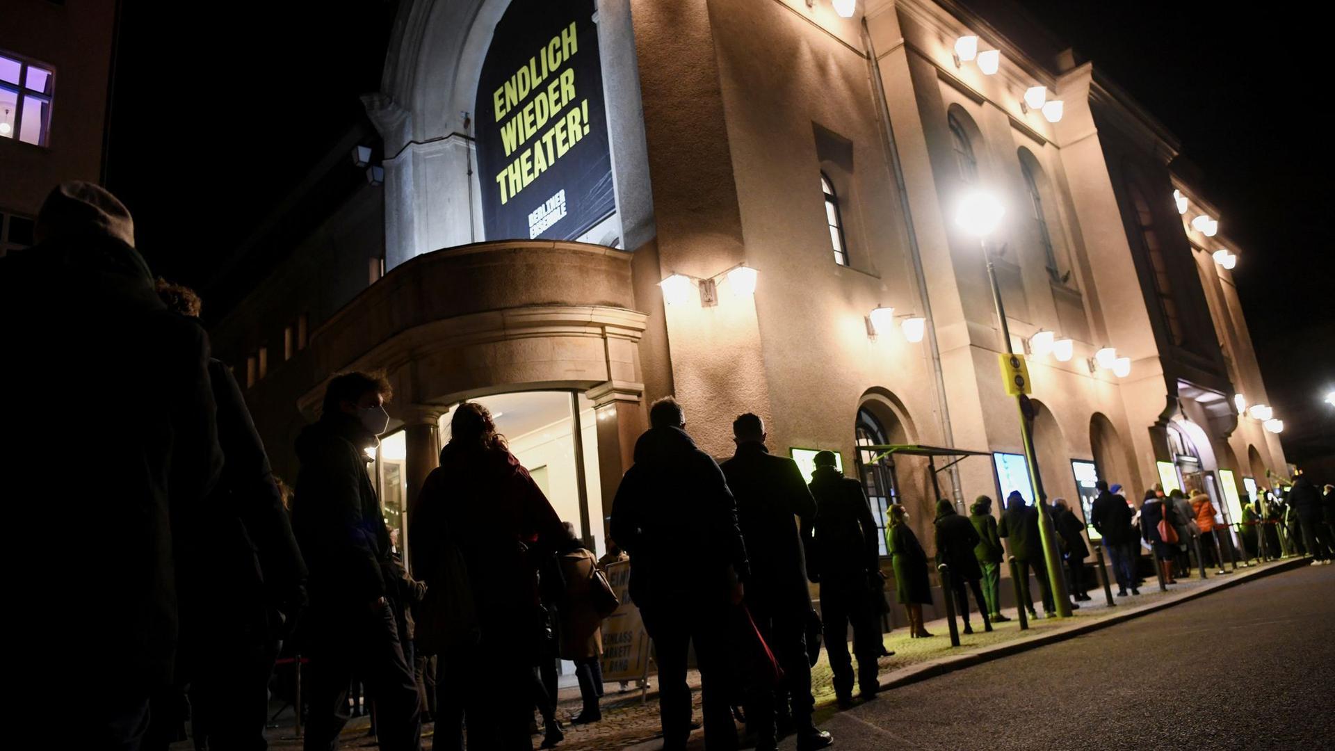 Sehnsucht nach Kultur: Lange Schlange vor dem Berliner Ensemble.