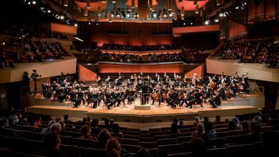 Die Berliner Philharmoniker haben erstmals seit Monaten wieder vor einem größeren Publikum gespielt.