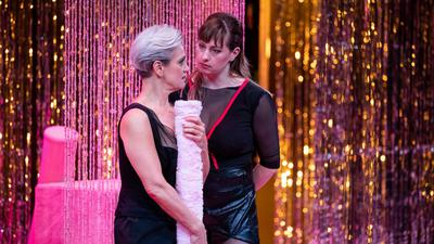 """Die Schauspielerinnen Adeline Schebesch (l) und Lisa Mies stehen im Stück """"Sex Arbeit"""": Nun kommen in einer Podcast-Reihe des Staatstheaters Nürnberg Sexarbeitende selbst zu Wort."""