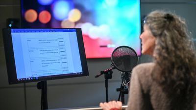 Schauspielerin Ulrike Johannson im Studio der Arena Synchron in Berlin.