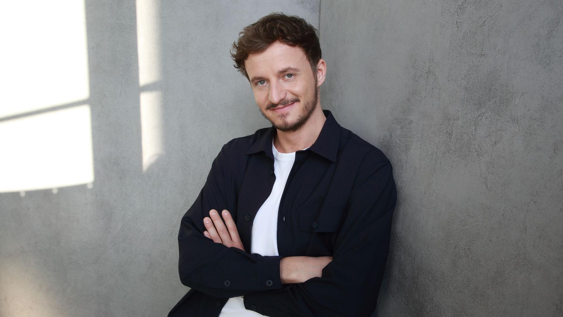 """Tommi Schmitt ist Gastgeber der neuen ZDFneo-Show """"Studio Schmitt""""."""