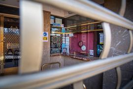Die geschlossene Kinokasse in Münchens   Filmtheater am Sendlinger Tor.