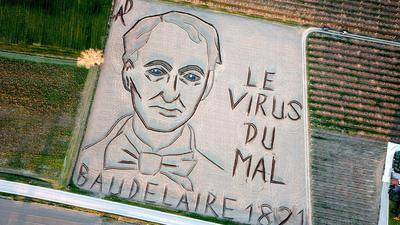 Der italienische Land-Art-Künstler Dario Gambarin hat im Jahr des 200. Geburtstags des französischen Dichters Charles Baudelaire ein riesiges Abbild von diesem in einen Acker gefräst.