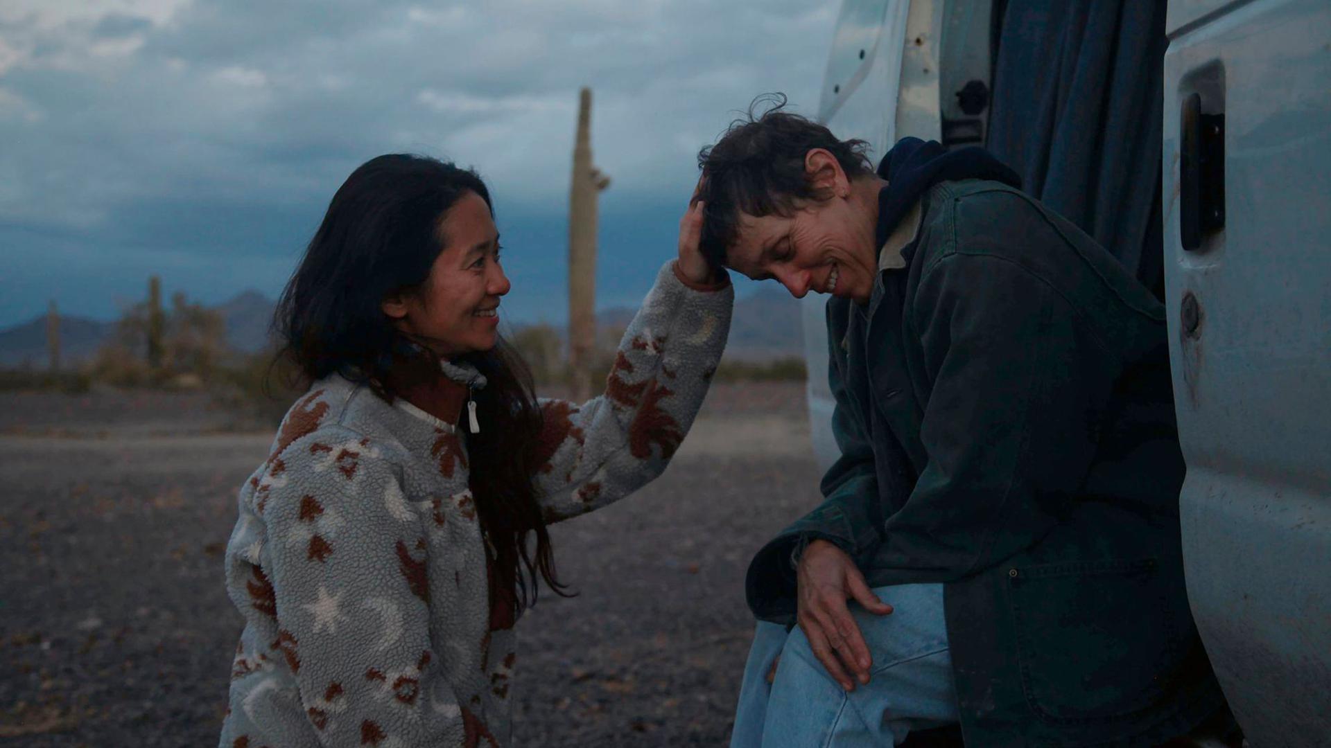 """Die Regisseurin Chloé Zhao (l) steht mit der Schauspielerin Frances McDormand am Set von """"Nomadland""""."""