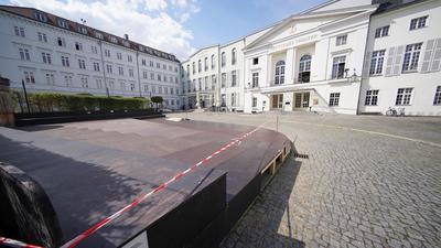 Eine Tribüne ist vor dem Eingang des Deutschen Theaters.