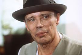 Porträt des deutschen Künstlers und Kunstprofessors Joseph Beuys, der am 12. Mai 1921 zur Welt kam.