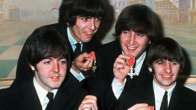 """Die vier """"Pilzköpfe"""" der britischen Popgruppe """"The Beatles""""(l-r): Paul McCartney, George Harrison, John Lennon und Ringo Starr mit den Orden """"Member of the Order of the British Empire""""."""