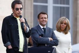 Jean-Michel Jarre (l) spricht vor Staatschef Emmanuel Macron und seiner Frau Brigitte.
