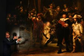 """Taco Dibbits, Direktor des Rijksmuseums, spricht neben dem Gemälde """"Die Nachtwache"""" von Rembrandt. Zum ersten Mal seit über 300 Jahren ist Rembrandts berühmtes Meisterwerk wieder vollständig zu sehen."""