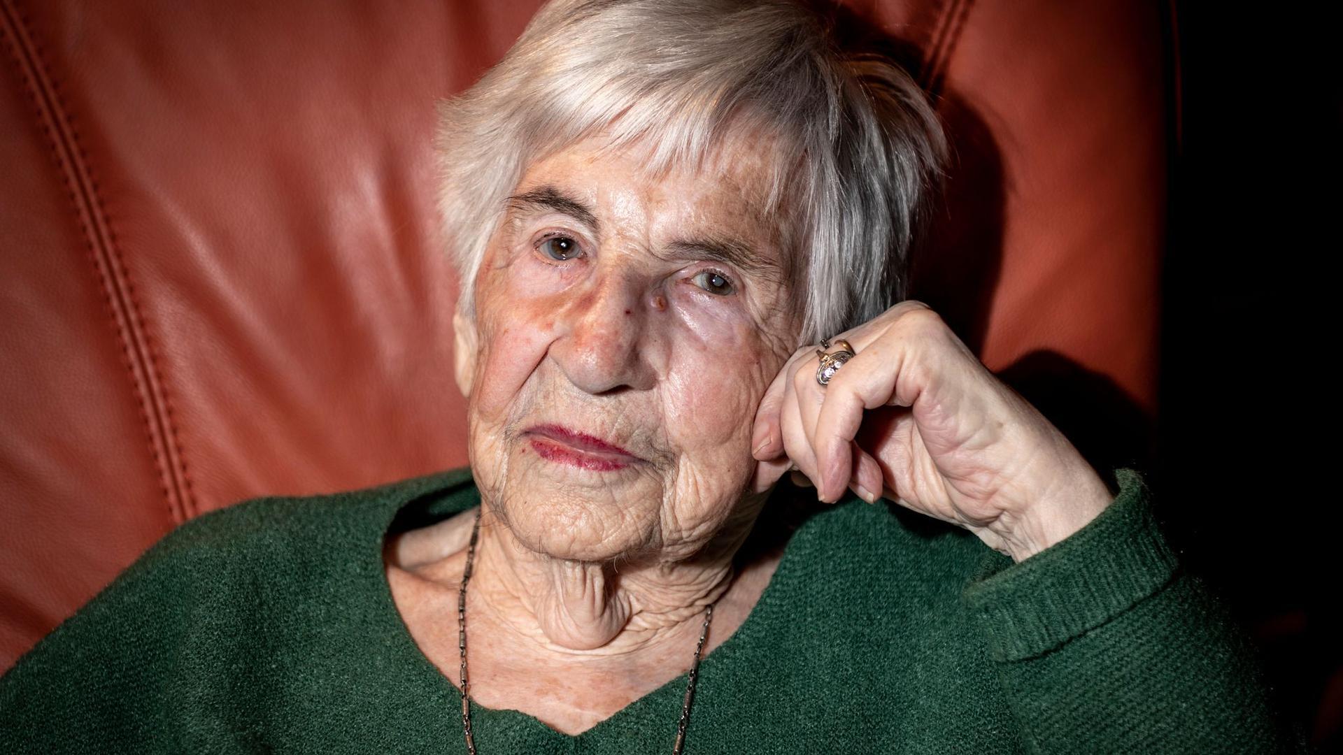 Esther Bejarano, deutsch-jüdische Überlebende des Konzentrationslagers Auschwitz-Birkenau, ist gestorben.