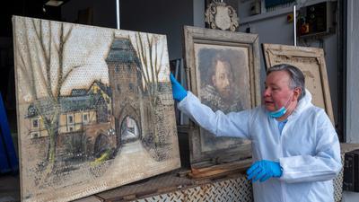 Gemälderestaurator Dimitri Scher vor geretteten Werken.
