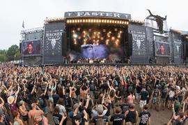 Festivalbesucher vor einer der Hauptbühnen des Wacken Open Air Festivals 2018.
