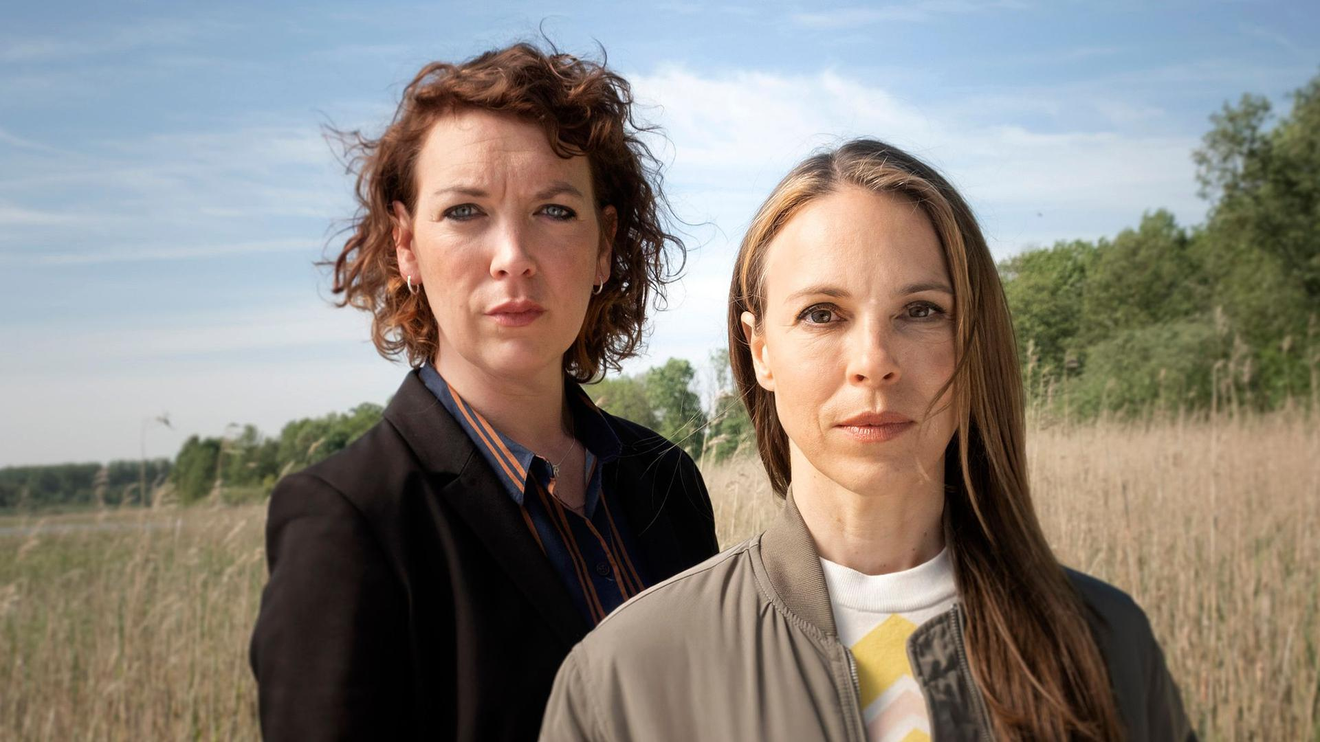 """Lina Beckmann (l) und Anneke Kim Sarnau ermitteln jetzt gemeinsam im Rostocker """"Polizeiruf 110""""."""