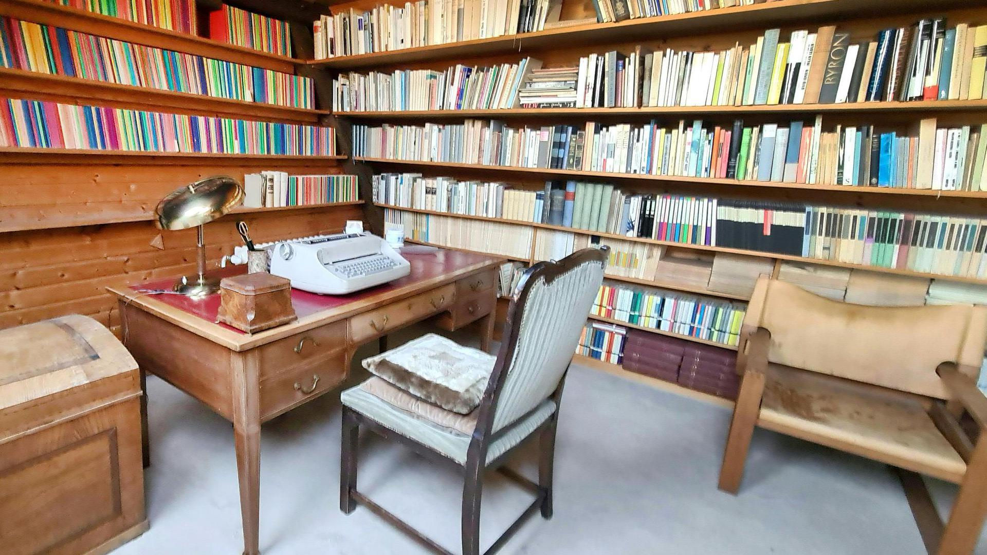 Bücher über Bücher und der Schreibtisch mit Schreibmaschine der Schriftstellerin Ingeborg Bachmann.