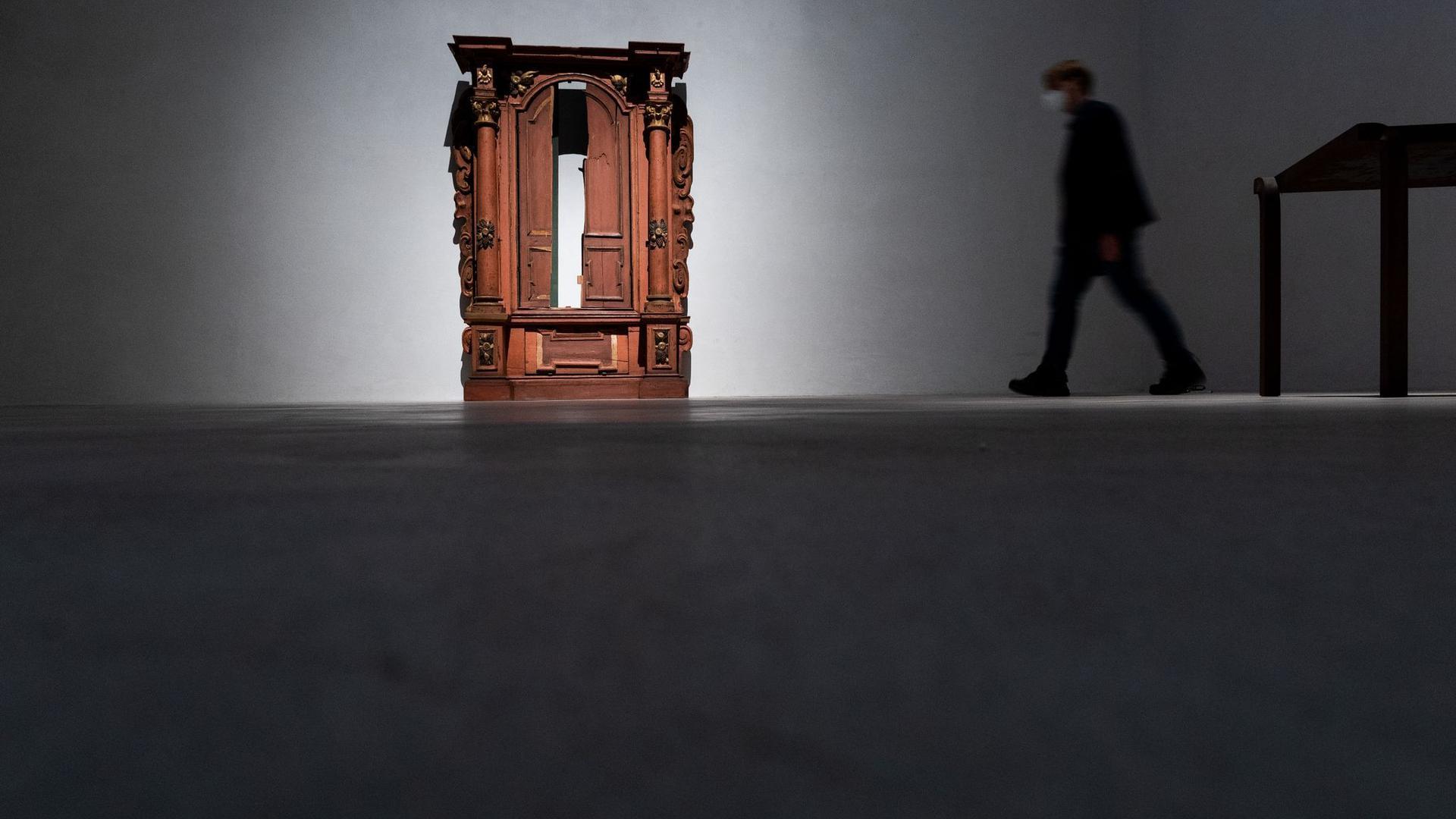 """Der Tora-Schrein aus der Kleinen Synagoge in Würzburg (Mitte 18. Jahrhundert) in der Ausstellung """"1700 Jahre jüdisches Lebens in Deutschland"""" in Köln."""
