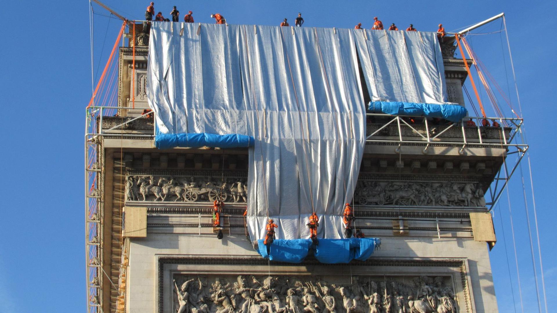Zwei Monate dauerten die Installationsarbeiten am Pariser Triumphbogen.