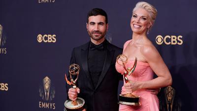 Der britische Schauspieler Brett Goldstein und die britische Schauspielerin Hannah Waddingham posieren auf dem rotenTeppich der 73. Emmy Awards in Los Angeles.
