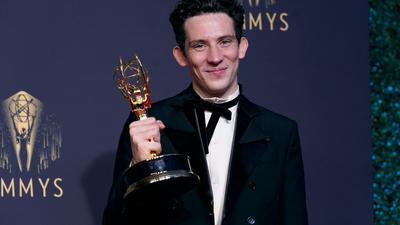 """Josh O'Connor, Gewinner des Preises für den herausragenden Hauptdarsteller in einer Dramaserie für """"The Crown"""", posiert bei den Emmy Awards."""