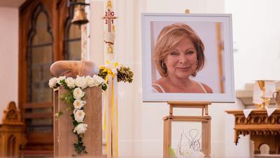 Die herzförmige Urne mit den sterblichen Überresten der Schauspielerin Heide Keller und ein Porträt in der Kirche St. Martin.