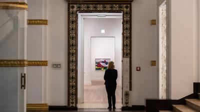 """Blick in die Ausstellung """"The Cool and the Cold. Malerei aus den USA und der UdSSR 1960–1990. Sammlung Ludwig"""" im Berliner Gropius Bau."""