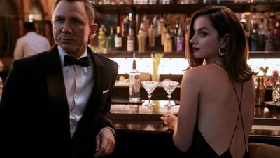 """Daniel Craig als James Bond und Ana de Armas als Paloma in einer Szene des Films """"James Bond 007 - Keine Zeit zu sterben""""."""