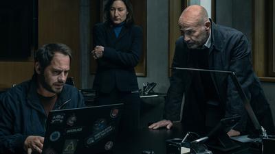 """Pierre Manzano (Moritz Bleibtreu), Frauke Michelsen (Marie Leuenberger) und  Jürgen Hartlandt (Heiner Lauterbach) in einer Szene aus """"Blackout""""."""