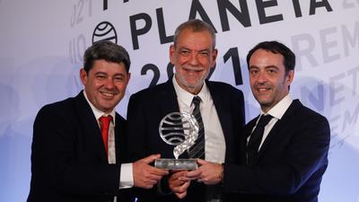 Die Schriftsteller Jorge Díaz (r-l), Agustín Martínez und Antonio Mercero haben den spanischen Literaturpeis Planeta gewonnen.