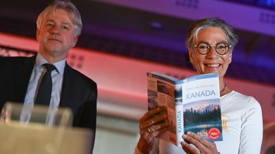 Juergen Boos (l), Direktor der Frankfurter Buchmesse, und Karin Schmidt-Friderichs, Vorsteherin des Börsenvereins des Deutschen Buchhandels.