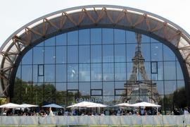 Die FIAC ist eröffnet – Im Grand Palais Éphémère auf dem Marsfeld in Paris spiegelt sich der Eiffelturm.