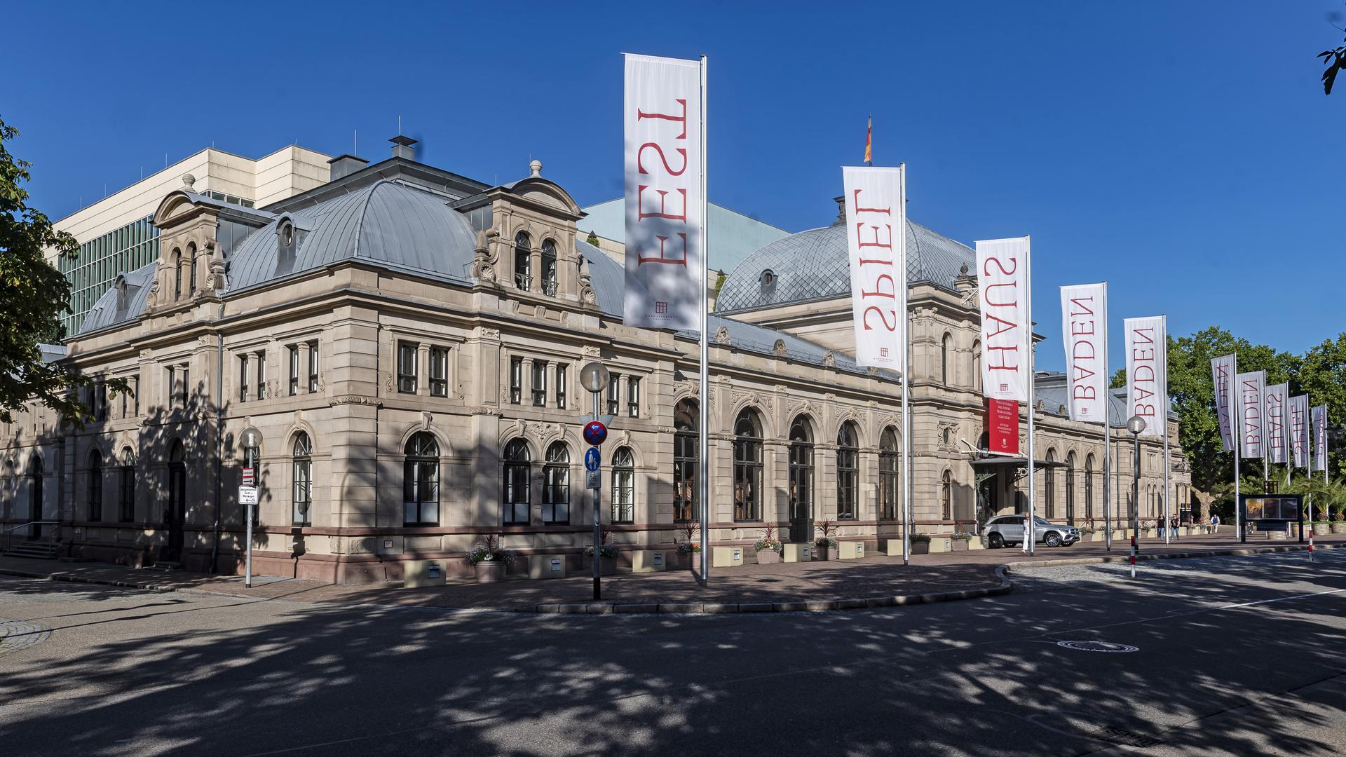 """ARCHIV - 30.07.2020, Baden-Württemberg, Baden-Baden: Aussenaufnahme des Festspielhaus Baden-Baden. (zu dpa: """"Geldregen für Festspielhaus Baden-Baden von Gästen und Förderern"""") Foto: Uli Deck/dpa +++ dpa-Bildfunk +++"""