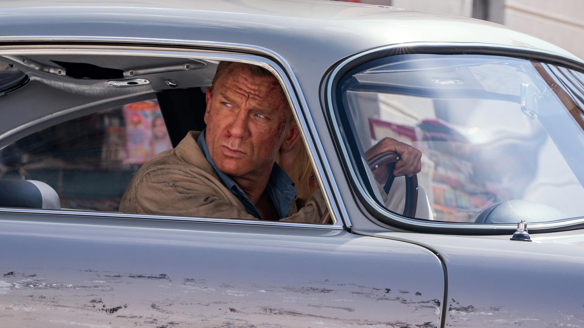 """HANDOUT - 16.08.2019, Großbritannien, ---: Daniel Craig als James Bond in einer Szene des Films """"James Bond 007 - Keine Zeit zu sterben"""" (undatierte Filmszene). Der Film kommt am 30.09.2021 in die deutschen Kinos. (zu dpa-Kinostarts) Foto: Nicola Dove/Universal Pictures/dpa - ACHTUNG: Nur zur redaktionellen Verwendung im Zusammenhang mit einer Berichterstattung über den Film und nur mit vollständiger Nennung des vorstehenden Credits +++ dpa-Bildfunk +++"""
