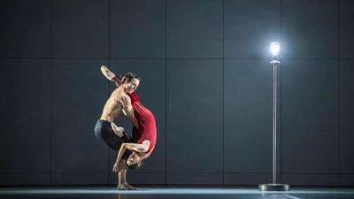 """Nicolas Gläsmann und Madoka Sugai tanzen als Paar in """"Ghost Light"""". Mit Blick auf die geltenden Abstandsregeln dürfen die Tänzer einander nicht anfassen, lediglich verheiratete oder liierte Paare sind davon ausgenommen. / Weiterer Text über ots und www.presseportal.de/nr/9021 / Die Verwendung dieses Bildes ist für redaktionelle Zwecke honorarfrei. Veröffentlichung bitte unter Quellenangabe: """"obs/ARTE G.E.I.E./© SWR/Kiran West"""" Foto: © SWR/Kiran West/ARTE G.E.I.E./obs"""