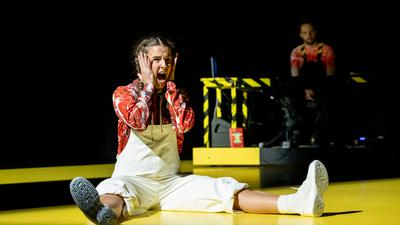 """Szene mit Frida Österberg aus der Bühnenfassung von Jonathan Safran Foers Buch """"Wir sind das Klima!"""""""
