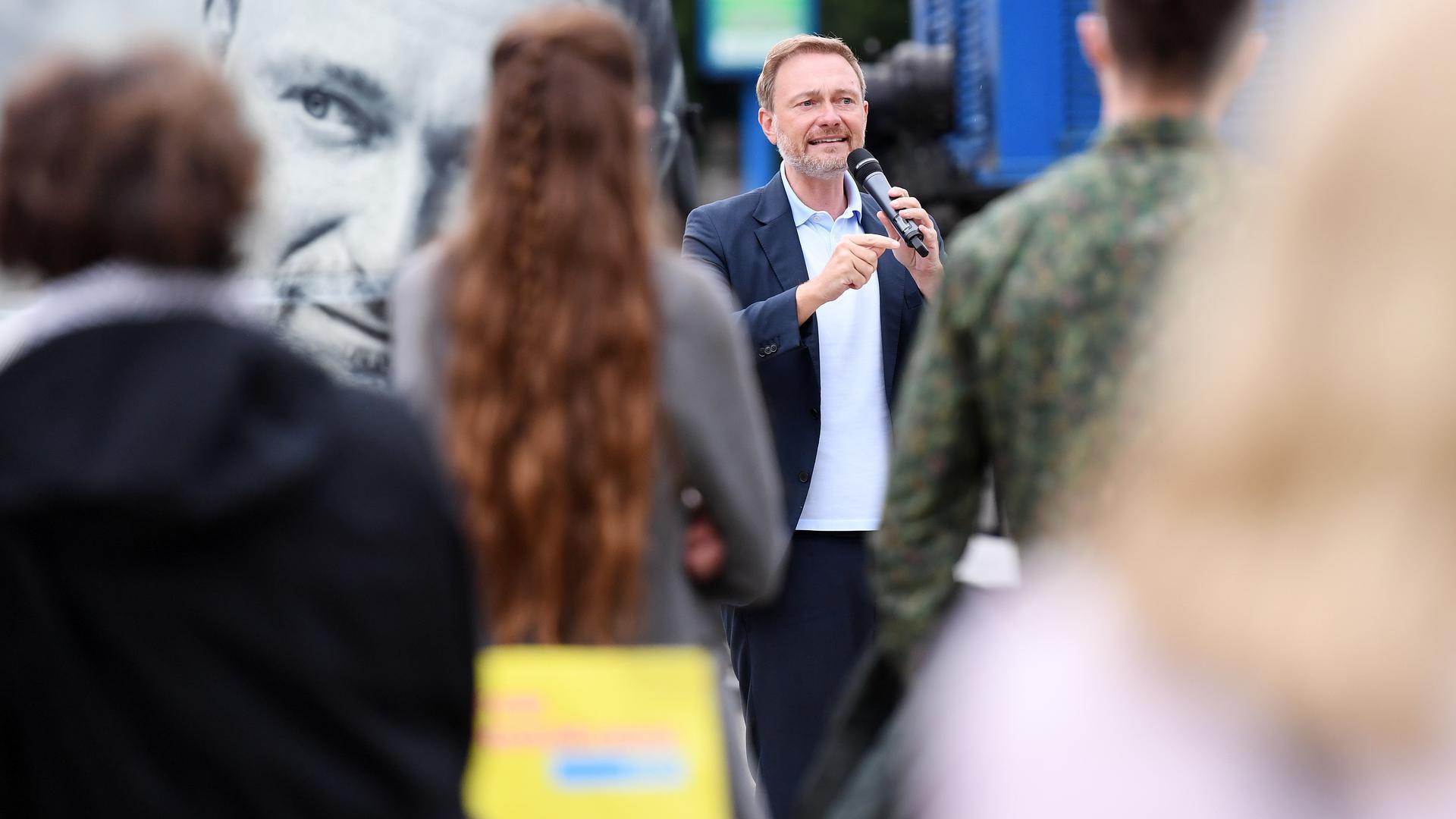 FDP-Parteichef und Spitzenkandidat der FDP zur Bundestagswahl 2021, Christian Lindner, spricht bei einer Wahlkampfveranstaltung der FDP auf dem Rathausplatz. Bei seiner Wahlkampf-Sommertour ist Lindner auch in Bayern unterwegs. +++ dpa-Bildfunk +++